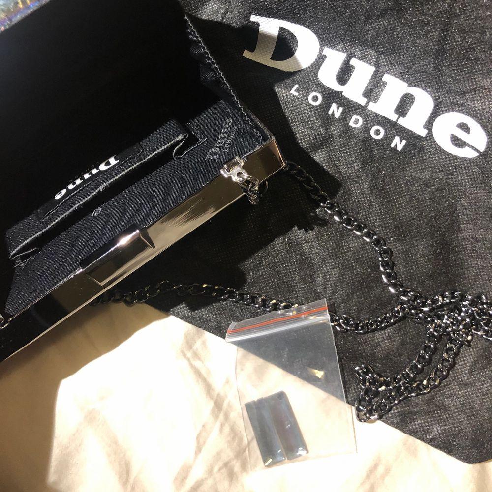En superfin box bag väska från Dune London, NYPRIS ca. 789 SEK. säljer den nu för 130kr, då jag behöver bli av med grejer. Köpt i London, men inte kommit till användning. Axelbandet är lagom långt. Perfekt till fest som till vardags! Mjuk mocka imitation på baksidan, så det inte skrapar mot plagg! Kommer med dust bag 🙌🏼Köparen står för frakt! 📩. Accessoarer.