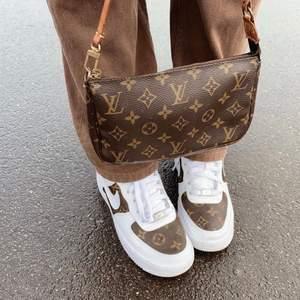 INTRESSEKOLL på min Louis Vuitton pochette! obs fler bilder i annan annons i min profil. Det korta läderbandet är trasigt men går att laga eller byta ut hos en läderspecialist! Jag använder istället ett längre läderband från en annan väska. Har även kvitto och dustbag