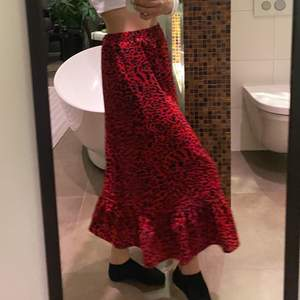 Skitsnygg kjol från sisters point, köpt för 600kr förra året men bara hunnit användas 2 gånger och därför säljs den. Skitsnygg och fungerar året runt. Storlek 34.