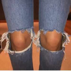 Skitsnygga jeans i perfekt blå färg med hål på knäna. Från Gina tricot i storlek 34. Ändast använda 1-2 ggr. Säljer för 150kr exklusive frakt. Vid fler intresserade blir det budgivning. Jag är 165cm💕