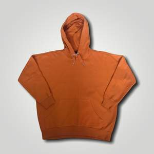 Inte använt jättemycket. Fin oversized hoodie. Storlek XS men passar som en större S så ganska oversized. Skulle säga storlek M om man är under 170 cm lång 😊 Köp nu!