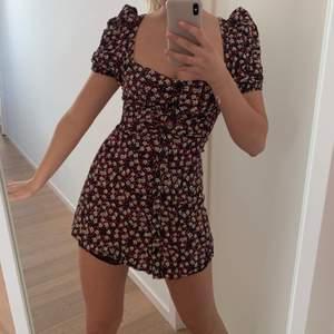 Slutsåld Zara klänning. Vissa småtrådar kan hänga ut men något man bara kan klippa bort