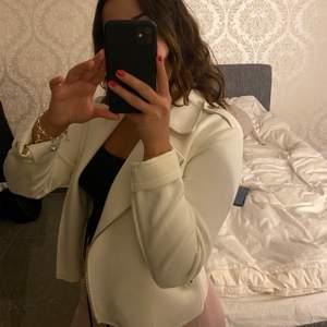 En vit mocca jacka från bik bok som inte finns kvar längre. Den är tunn och perfekt till sommaren nu!!❤️