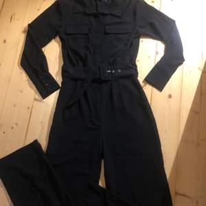 Så himla snygg jumpsuit som tyvärr blivit för liten, i väldigt fint skick🥰