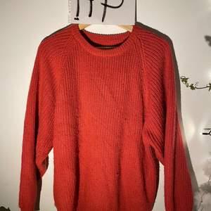 Jättemysig och varm stickad tröja, vet dessvärre inte av vilket märke eller storlek då det inte finns några lappar i. Passar som en loose M iallafall! Lite mer rosa i verkligehet än på bild, men verkligen superskön och fin tröja!✨