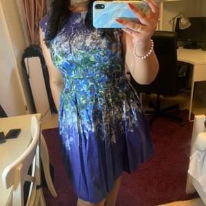Säljer denna söta klänningen! Den har använts 1 gång och är därav i perfekt skick!!!!!🦋🦋🦋 nypris:650kr
