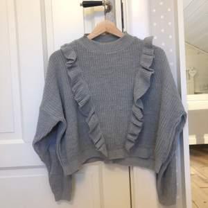 Grå stickad tröja med lite kortare modell (går lite längre än till naveln) i fint skick☺️ tröjan är i stl 38 men skulle säga att den passar en S eller XS bättre