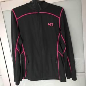 En superskön fleece(vet inte vad det heter riktigt)🤔) Men den är från K7 och den är mörkgrå med neon rosa detaljer supersnygg. Pasar både en S och en M