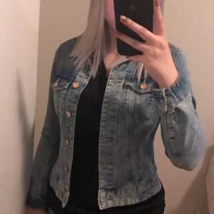 Ljusblå jeansjacka i storlek 36 från H&M, köpt för längesedan men nästan aldrig använd. Säljer för 100kr + frakt