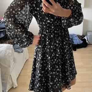 Jättefin, knappt använd, klänning i storlek S av märket Daisy Grace säljes i Tyresö. Nypris 999:-.