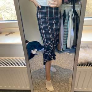 Fin mysig lång kjol i fint skick! Jag är 1,63cm lång 🤍