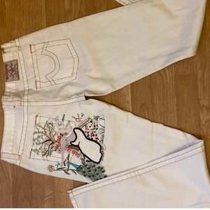 Köpte dessa true religon jeansen på Plick men de var för små på mig, w:29 men skulle påstå att de är lite mindre. Innerbenslängden: 80cm midjemått: ca 88cm (prislappen är kvar, aldrig använda!!)kan tänka mig att sälja billigare vid snabb affär