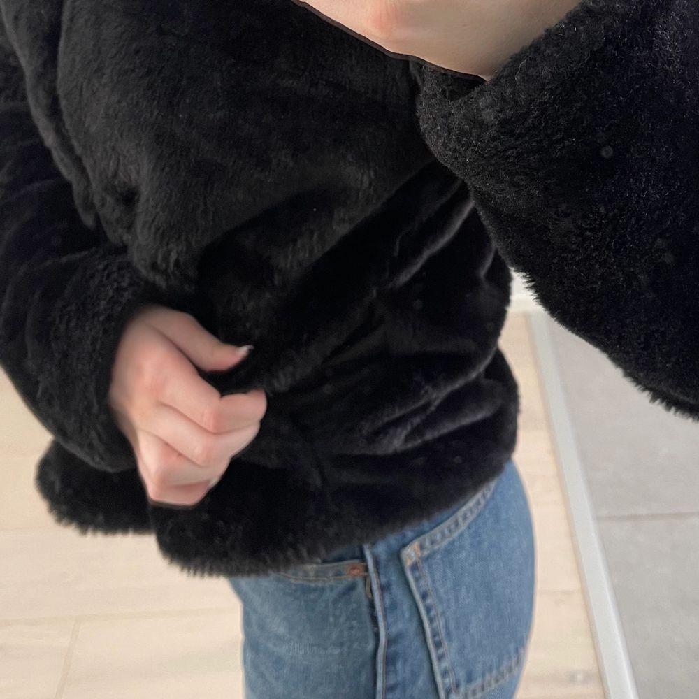 super skön och fin päls jacka med hätta och fickor på bägge sidorna (se bild tre) 🥰🥰. Jackor.