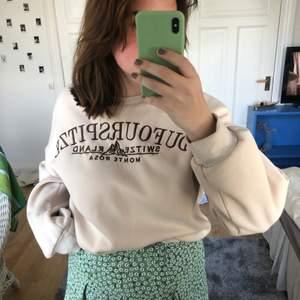 Jätte mysig sweatshirt från Shein. Använd endast 1 gång. Storlek L men är liten i storleken. ✨