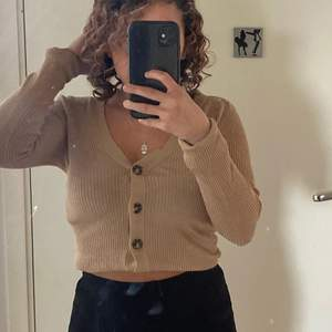 Brun tröja med knappar