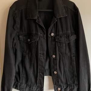 Jättefin jeansjacka från HM i storlek 36❤️ säljer då den har blivit för liten för mig❤️skriv för bilder på