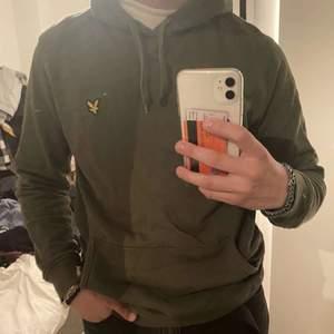 Säljer min super fräscha lyle & scott hoodie, knappt använd så väldigt väldigt bra skick i princip ny. Stlrk L men passar mig bra och jag är strlk M. Pris 200kr+frakt (79kr)