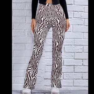 Skitsnygga zebrabyxor. Säljer pga kommer inte till användning och liiiite korta för mig💖