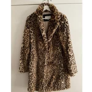 Otroligt snygg och sparsamt använd leopard kappa från Vila🐆🧡 storlek S! Nypris 999, mitt pris 400+frakt