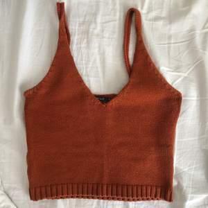 Ett brunt stickat linne från Gina Trickot i storlek XS!! Superfint och är i väldigt bra skick då den inte har kommit till användning 🤎 hör gärna av er om ni har frågor! Pris kan diskuteras!