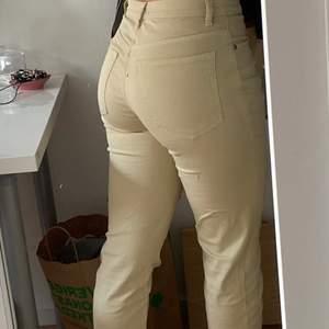 Ett par ganska tunna beiga byxor från humana. Det står ingen storlek på dem men jag är 160 cm och de är perfekta i längd för mig. Väldigt sköna