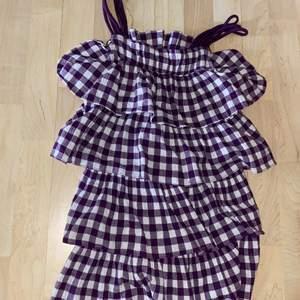 Lilavit klänning för barn