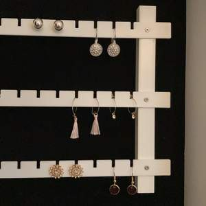 Helt oanvända örhängen köpta från glitter och ginatricot, säljer varje par för 10kr st