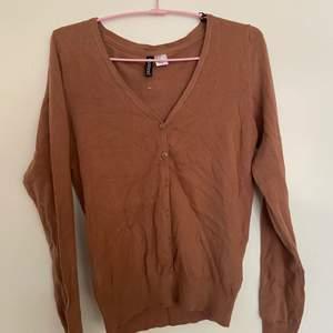 Jätte fin och Gullig brun tröja med knappar från HM