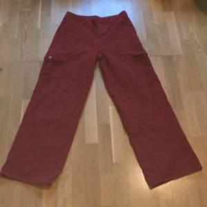 Röda cargo jeans med fickor fram, bak och vid låren! Storlek Large. Är köpta från Shein, vill sälja dem eftetsom dem är inte min stil. Man får betala frakten själv<3 Har använt dem typ 4 gånger