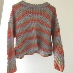 Stickad tröja köpt på Zalando från ett märke som heter ONLY. Strl M. Använd en gång men säljer då jag ville ha den mer oversize :( superfina färger till sommaren
