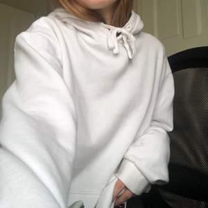 Vit hoodie i fint skick, passar alla mellan Xs och M, sitter fint oversize på mig som brukar ha S