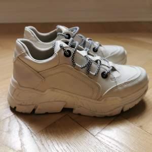 Superfina chunky sneakers i storlek 37. Mycket fint skick, endast använda ett fåtal gånger. Säljes pga fel storlek. Köparen står för frakten! Kan även hämtas i Malmö.