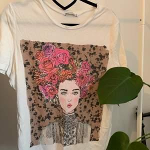 Jättefin, vit T-shirt från zara, med tryck. Sparsamt använd, köparen står för frakt