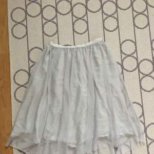 Light grey/silver tulle skirt from Zara. It's a size m but might fit a size l, I was wearing it with a big belt to wear it high waist. Bought it a few years ago, only wore it a few times, it's in a good state.