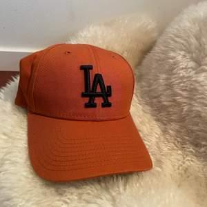 Säljer min helt nya LA keps från hatstore.se slutsåld och nypris 250kr skulle säga att den är en lite brun aktig orange färg🥰 köparen står för frakten
