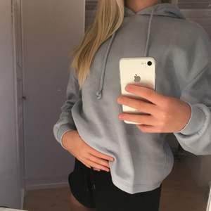 En hoodie i en fin baby blå färg. Säljer även ett par mjukis som passar bra med hoodien. De är från vero Moda och i storlek S men sitter mer som en XS. Är väl använda men ändå i bra skick. Köparen betalar frakten.
