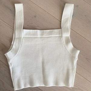 En super söt vit stickad linne i bra material, super skön! Aldrig använd. Passar XS/S 🤍 frakt 45kr 😃 säljs till högstbjudande