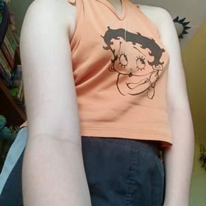 Säljer denna halterneck med Betty Boop som tyvärr är lite för stor för mig med ganska liten byst. Storleken är L men jag skulle säga att den snarare passar S eller M ✨