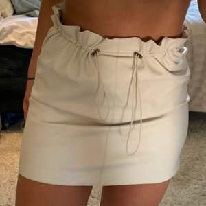 Beige fake skinn kjol från Gina i storlek 38, den har resor i midjan och går o stretcha ut/ in hur mycket som helst. Köparen står för frakt