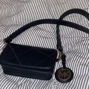 Säljer denna fina mindre väskan som endast använts en gång. Säljer då jag inte använder den längre. Är inte äkta MK.