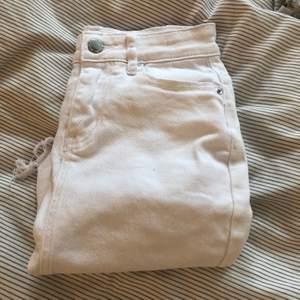 Säljer denna vit jeans kjol! Börjat tyvärr bli lite liten🤍. Skit snygg och passar till allt!✨ finns extra knapp med också! Storlek 32! Vid frågor kontakta mig💝