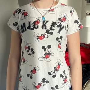 Cool Mickey Mouse tröja i ganska bra skick skriv ifall ni har några mer frågor 🖤