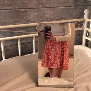 Röd blommig kjol ifrån SHEIN. Tunt material och töjbar i midjan, använd 1-2 gånger, köpt i somras. Priset kan diskuteras.