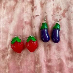 Säljer dessa super fina örhängen, jordgubbarna skulle t.ex passa super bra till mid sommar. Och äggplantorna skulle passa bra till en lite roligare vardag! GRATIS FRAKT❗️