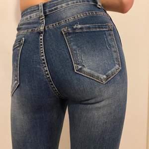Hej 👋🏼 Högmidjade tighta jeans i bra stick! Ganska tighta vid rumpan och midjan precis vid naveln. Om Du vill se mer bilder på saker eller snacka om priset det är bara skriva. Är öppet för allt ✨ Lägsta bud: 60