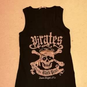 Svart linne från fishbone med texten Pirates of the Black Pearl. Knappt använt! Sitter som en S/M.