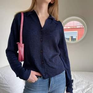 Jättefin blåglittrig långärmad vintage skjorta i tunnt stickat tyg💖 storlek S💖 bara att skriva för fler bilder