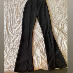 Ett par stretchiga svarta leggings från pull&bear med slits i båda ändarna av fötterna, stl M, funkar som S också pga M sitter rätt så tajt! Ordpris 199:-