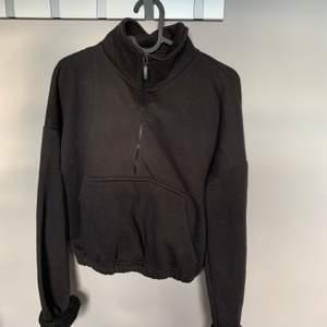 Supergulliga svart sweatshirt med halfzip i fint skick!