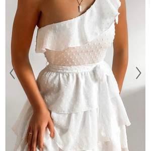 Finaste klänningen ifrån en australiensisk sida som passar perfekt till sommaren och studenten😍 har storlek 36 och 38 och säljer båda💗 36 ÄR SÅLD